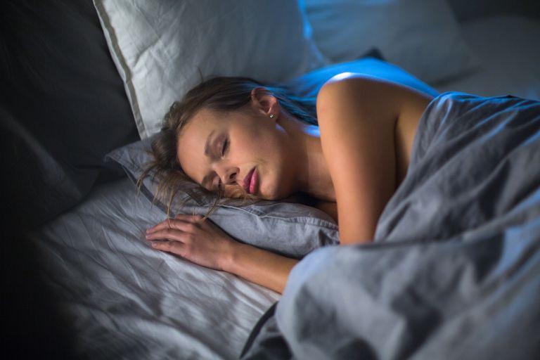 Ο ύπνος με ανοιχτά φώτα παχαίνει | vita.gr