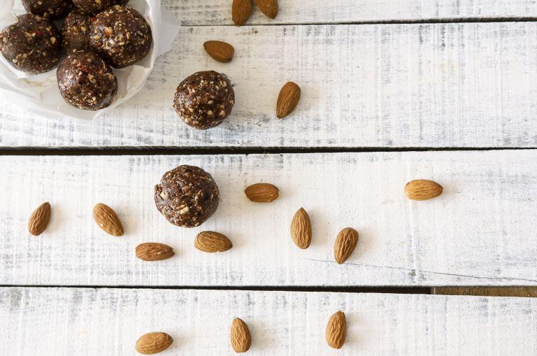 Σοκολατένια τρουφάκια με αμύγδαλο | vita.gr