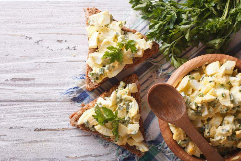 Δροσερή αυγοσαλάτα με φέτα και σέλερι   vita.gr