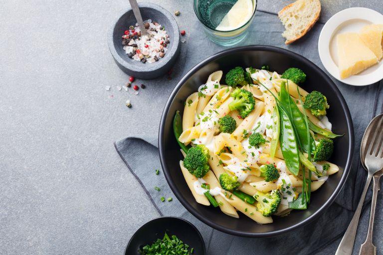 Πένες σαλάτα με σος γιαουρτιού | vita.gr