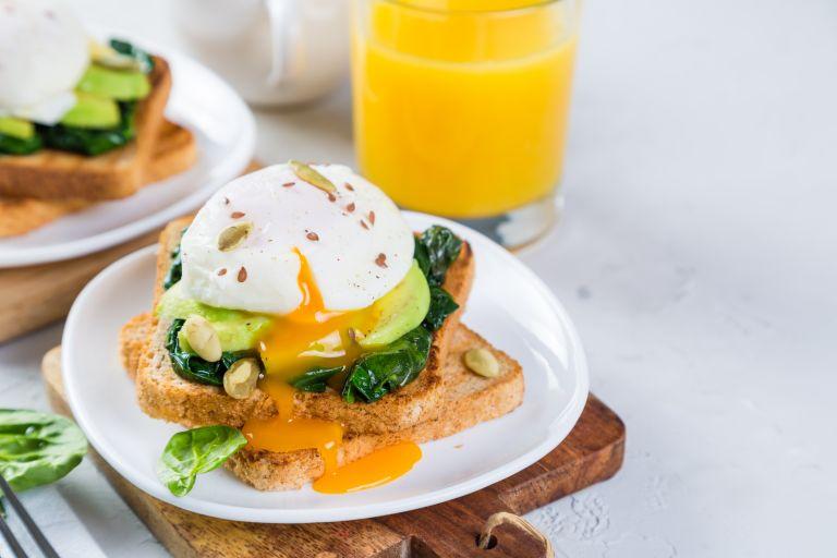 Αυγά ποσέ με αβοκάντο σε φρυγανισμένο ψωμί | vita.gr