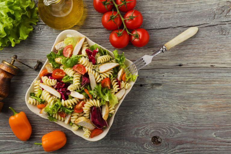 Αρωματική σαλάτα με πένες και κοτόπουλο | vita.gr
