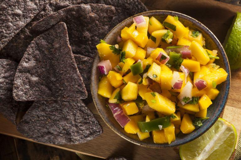 Σαλάτα με μάνγκο και αβοκάντο | vita.gr