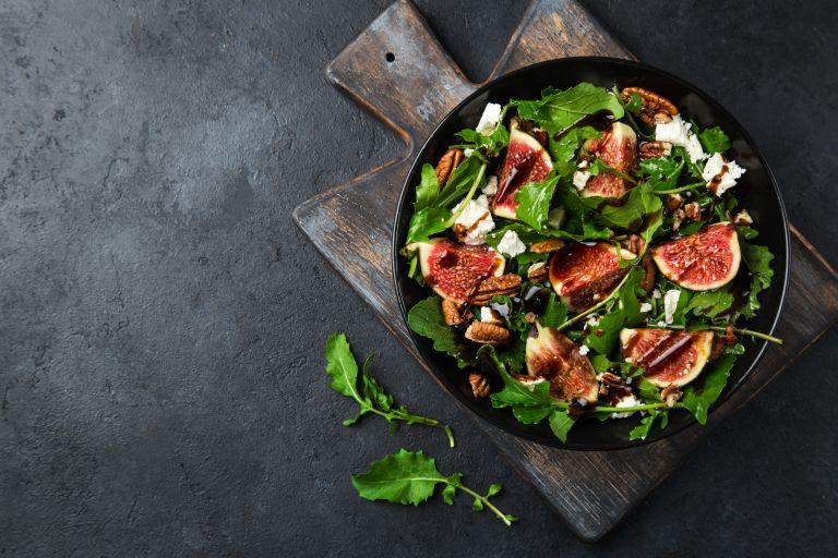 Λαχταριστή σαλάτα με σύκα και γραβιέρα | vita.gr