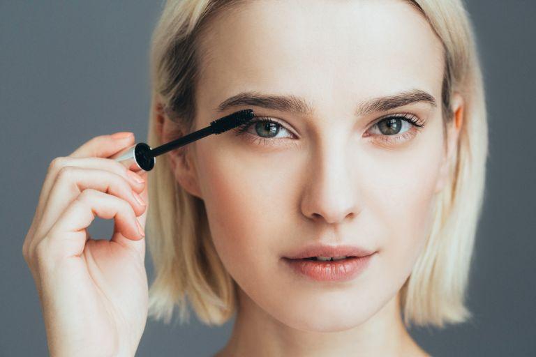 Πώς θα σώσετε μια μάσκαρα που έχει στεγνώσει | vita.gr