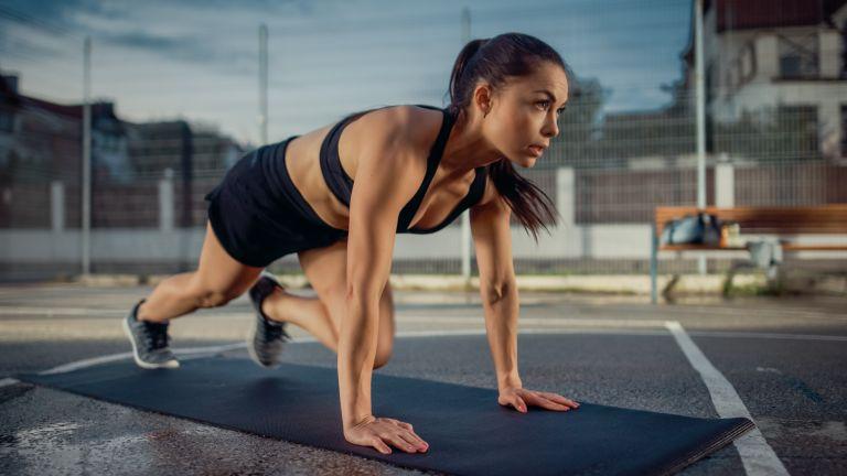 Οι 5 ασκήσεις που χρειάζεστε για γυμνασμένους κοιλιακούς | vita.gr