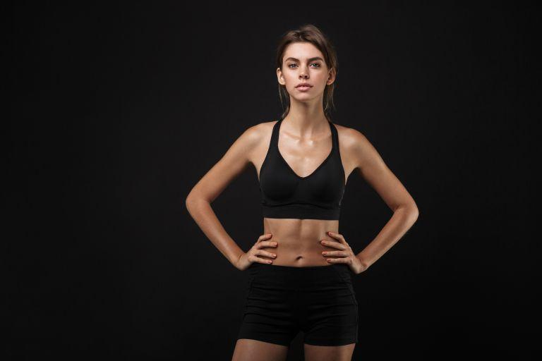 Γυμνάστε τους κοιλιακούς σας με ασκήσεις από όρθια θέση | vita.gr
