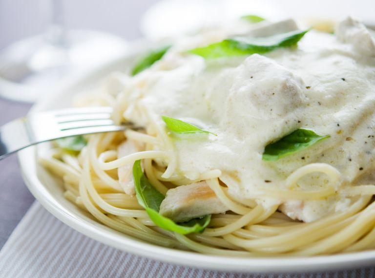 Εύκολη και λαχταριστή μακαρονάδα με τέσσερα τυριά | vita.gr