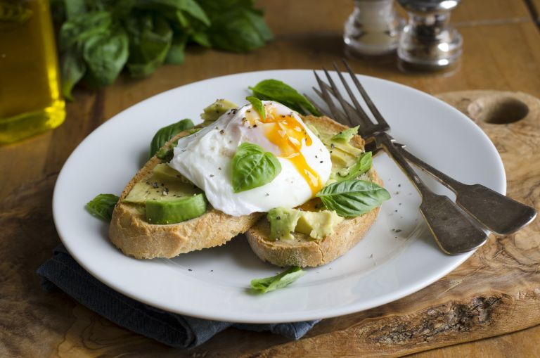 Αβγά ποσέ με αβοκάντο | vita.gr