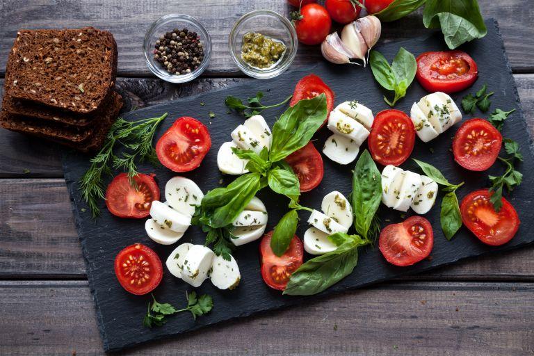 Εύκολη σαλάτα «καπρέζε» | vita.gr
