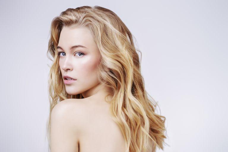 Τρία φυσικά υλικά για να ξανθύνετε τα μαλλιά σας | vita.gr