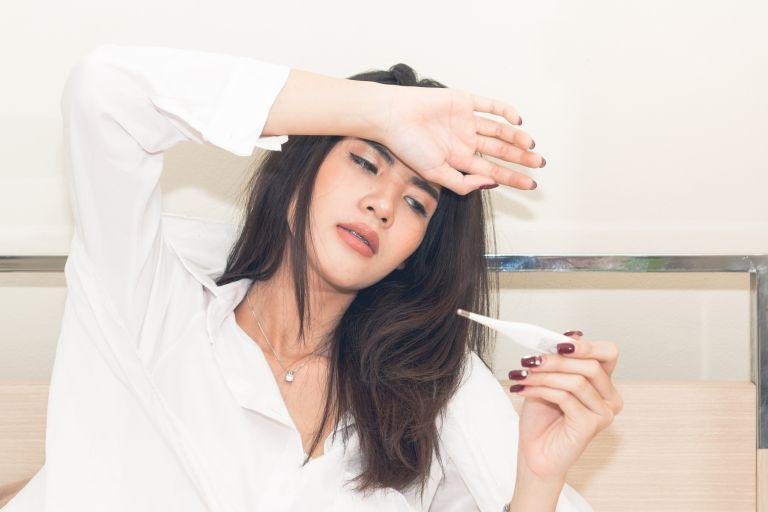 Ξεχάστε τα αντιπυρετικά: Πέντε εναλλακτικοί τρόποι να «ρίξετε» τον πυρετό | vita.gr