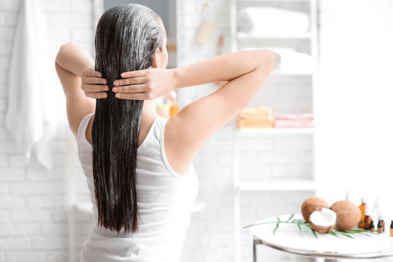 Πώς το λάδι καρύδας θα σας χαρίσει τα μαλλιά των ονείρων σας | vita.gr