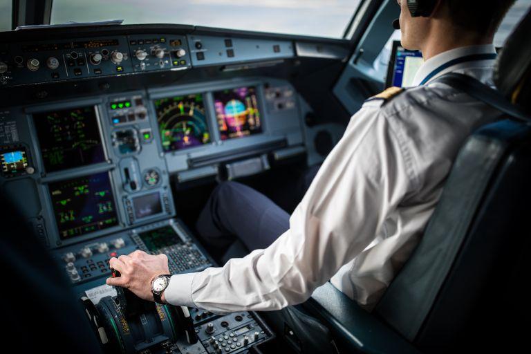 Απίστευτο: Πιλότος άφησε τον έλεγχο του αεροπλάνου σε 20χρονη επιβάτη | vita.gr