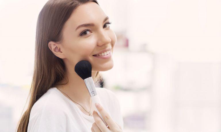 Εύκολο μακιγιάζ για λαμπερό πρόσωπο από την Έμιλι ΝτιΝτονάτο | vita.gr