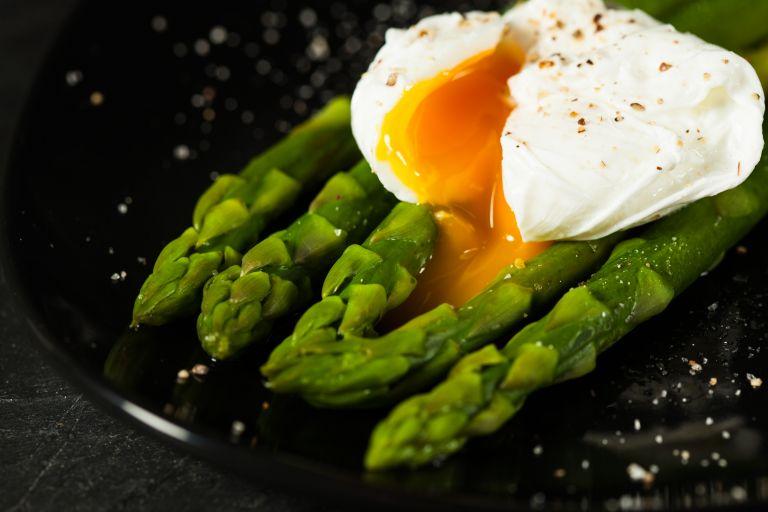 Ψητά σπαράγγια με αυγά ποσέ | vita.gr