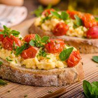 Αβγά scrambled με ντοματίνια και βασιλικό