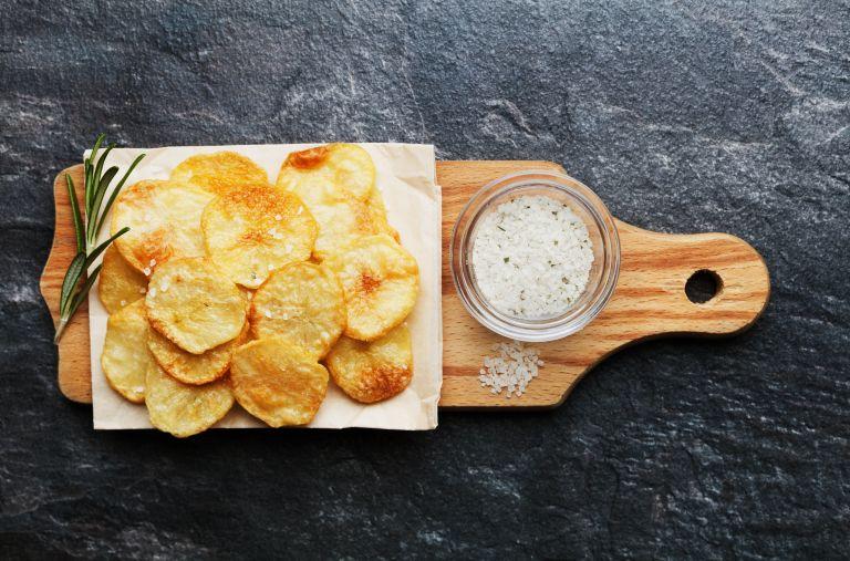 Υγιεινά σπιτικά πατατάκια φούρνου | vita.gr