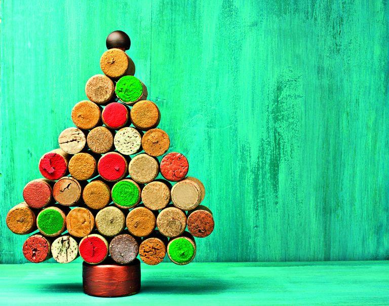 DIY χριστουγεννιάτικο δέντρο με φελλούς | vita.gr