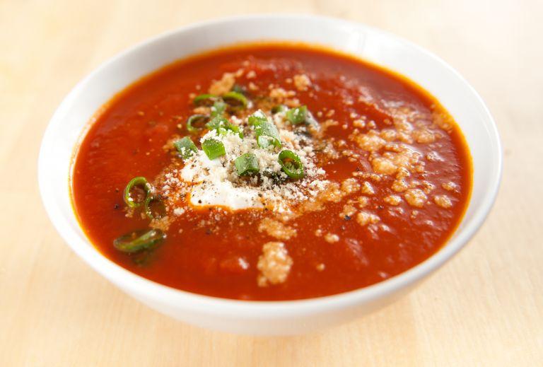 Πεντανόστιμη ντοματόσουπα με γιαούρτι | vita.gr