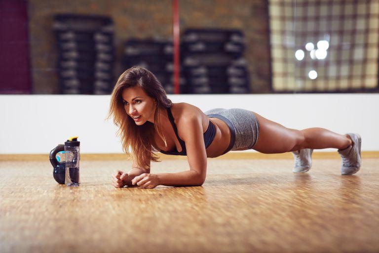 Με αυτό το σύντομο workout θα χάσετε εύκολα τα κιλά των γιορτών | vita.gr