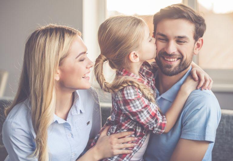 Τι μαθαίνουμε ως γονείς στα παιδιά μας για τις σχέσεις; | vita.gr