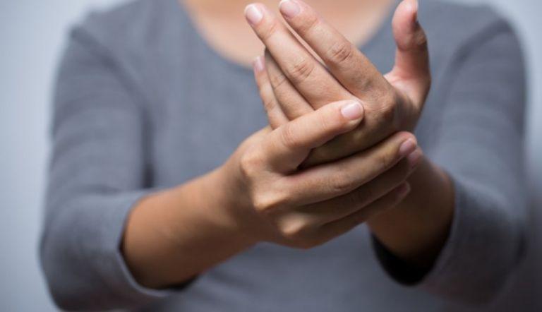 Να γιατί δεν πρέπει να κάνετε «κρακ» στο σώμα σας | vita.gr