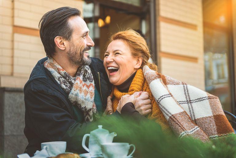 Οι αισιόδοξοι σύντροφοι μας «θωρακίζουν» απέναντι στην άνοια | vita.gr