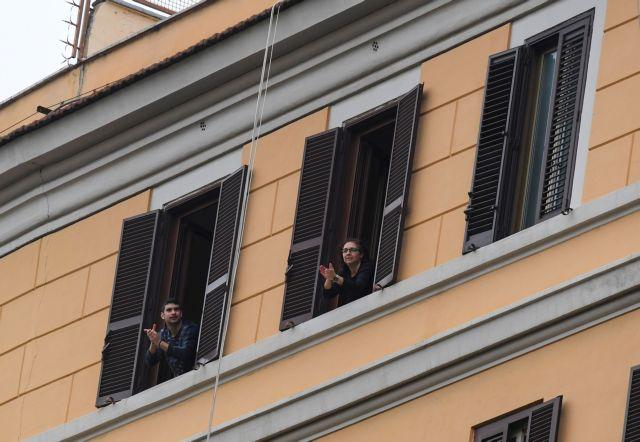 Κοροναϊός : Το «Bella Ciao» τραγουδούν από τα μπαλκόνια τους οι Ιταλοί | vita.gr