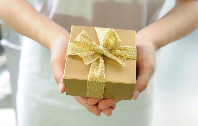 Τα ζώδια που όταν αγαπάνε κάνουν δώρα | vita.gr