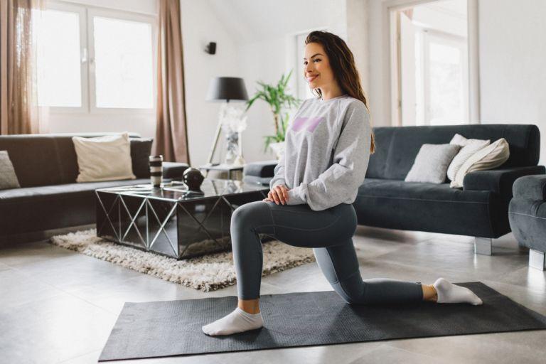 Γυμναστική στο σπίτι: Με αυτές τις ασκήσεις θα τονώσετε όλο το σώμα σας | vita.gr