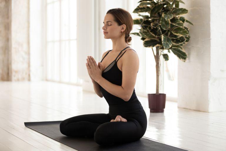 Γιόγκα: Οι ασκήσεις που θα σας βοηθήσουν να διαχειριστείτε το άγχος | vita.gr