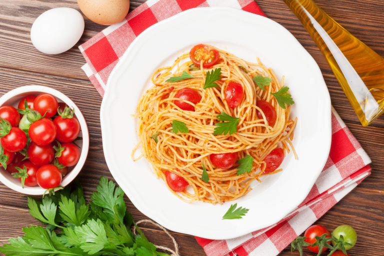 Μακαρονάδα με παρμεζάνα και ντοματίνια | vita.gr