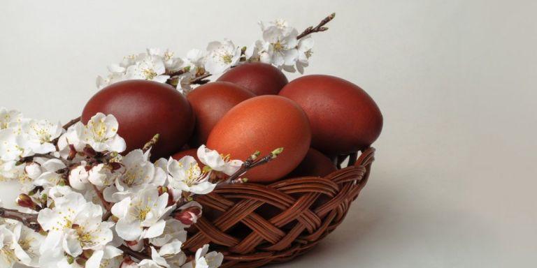 Κόκκινα αβγά: Τα βάφουμε με τον παραδοσιακό τρόπο | vita.gr