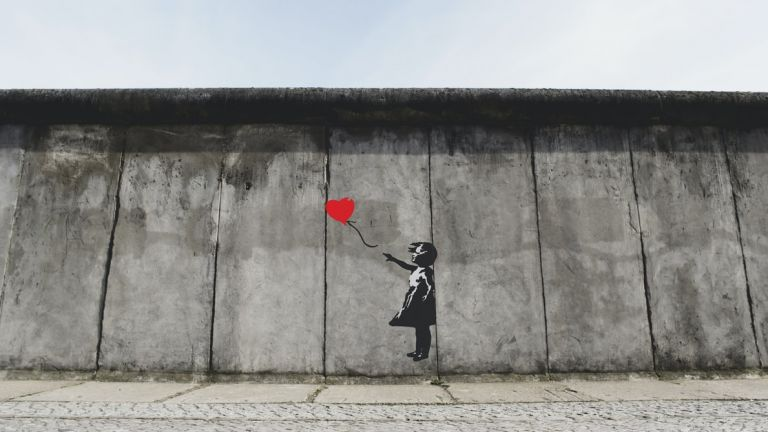 Το νέο έργο του Banksy βρίσκεται στο μπάνιο του σπιτιού του | vita.gr