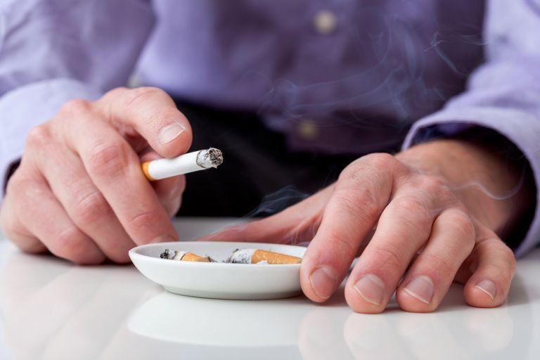 Κοροναϊός: Οι καπνιστές και οι ατμιστές κινδυνεύουν περισσότερο – Τι λένε τα τελευταία στοιχεία | vita.gr