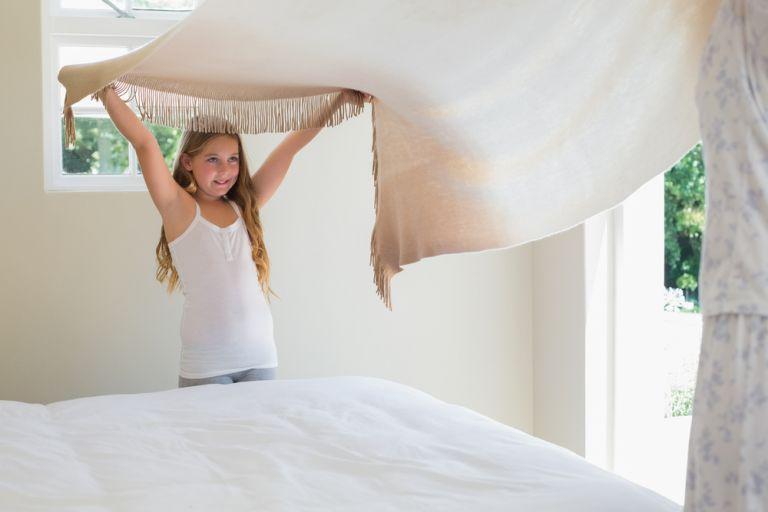 Μένουμε σπίτι: Τέσσερις δουλειές που μπορούμε να μάθουμε στο παιδί | vita.gr