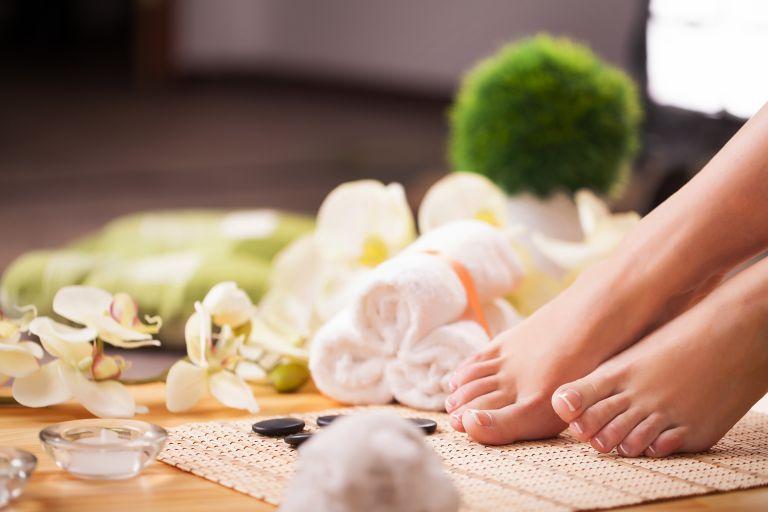 Πώς θα περιποιηθείτε τα πόδια σας με φυσικό τρόπο | vita.gr