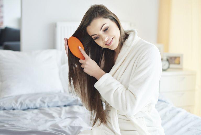 Η απρόσμενη συνήθεια που θα σας χαρίσει λαμπερά και υγιή μαλλιά | vita.gr