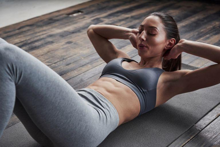 Πώς θα σμιλέψετε την κοιλιά σας όσο παραμένουν κλειστά τα γυμναστήρια | vita.gr