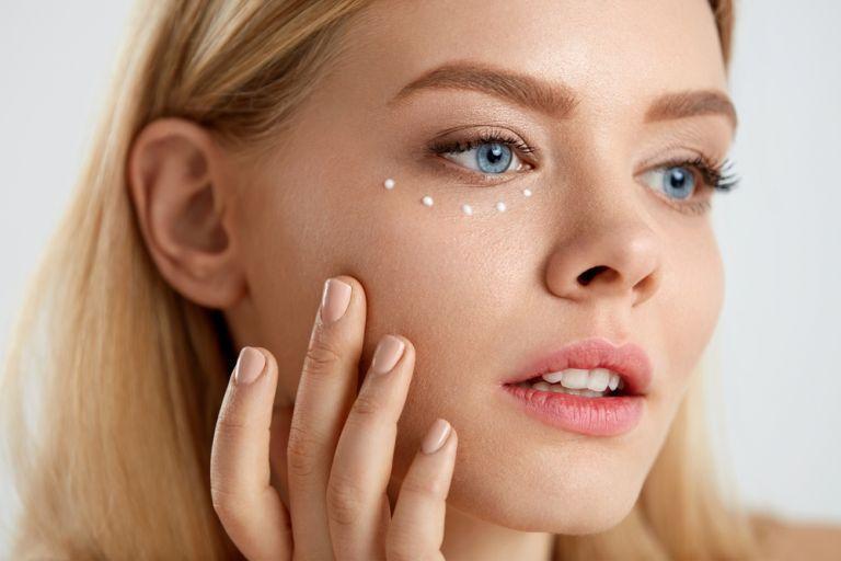 Πέντε βήματα για να απλώσετε σωστά την κρέμα ματιών | vita.gr