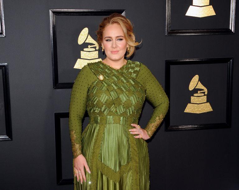 Αντέλ: Ποζάρει με θρυλικό φόρεμα και εντυπωσιάζει με την αλλαγή της   vita.gr
