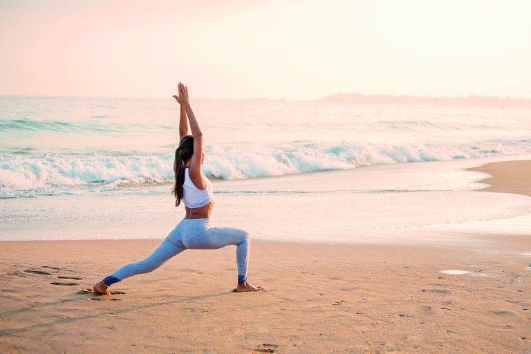 Γιόγκα στην παραλία: Γυμναστική και χαλάρωση δίπλα στο κύμα | vita.gr
