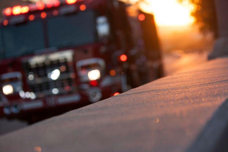 Σήκωσαν… ΙΧ για να περάσει όχημα της πυροσβεστικής | vita.gr