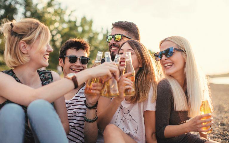 Αλκοόλ: Πόσο να πίνουμε όταν κάνει ζέστη; | vita.gr