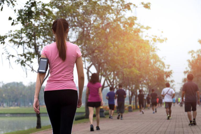 Περπάτημα: Πώς επηρεάζει το σώμα και το μυαλό μας; | vita.gr