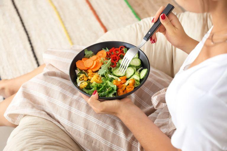 Έξυπνα tips για να βάλετε «φρένο» στο βραδινό τσιμπολόγημα | vita.gr