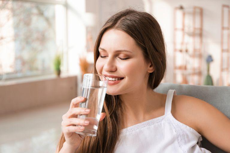 Γιατί πρέπει να ξεκινάτε την ημέρα σας με ένα ποτήρι νερό | vita.gr