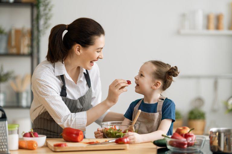 Ποια θρεπτικά συστατικά πρέπει να περιλαμβάνει η διατροφή του παιδιού | vita.gr