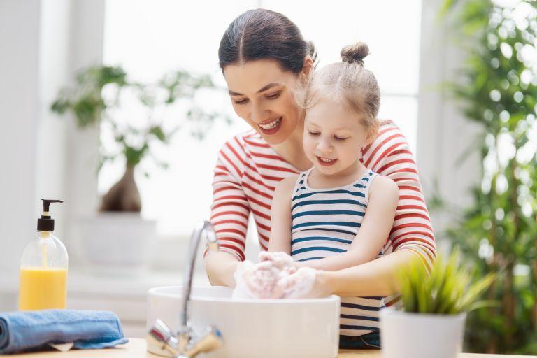 Μαθαίνοντας στο παιδί να πλένει τα χέρια του | vita.gr